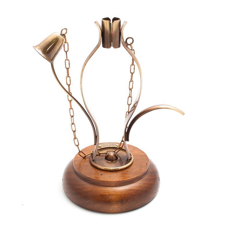 Подсвечник на деревянной основе на одну тонкую свечу
