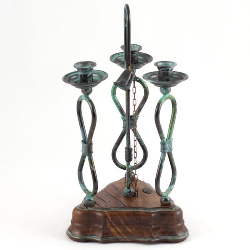 Подсвечник на три свечи на деревянной подставке