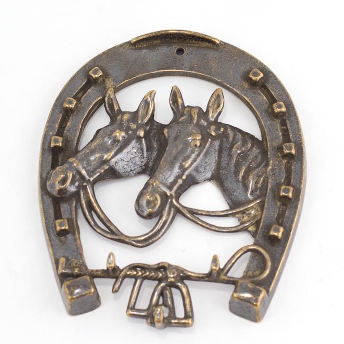 Ключница в виде подковы с объемным изображением лошадей