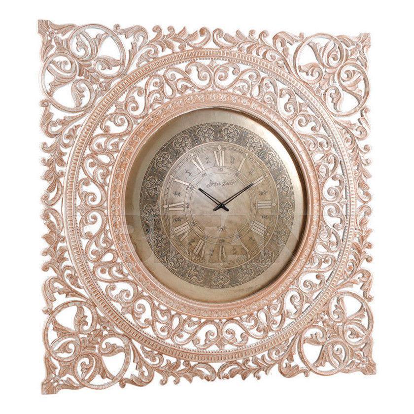 Часы с резьбой