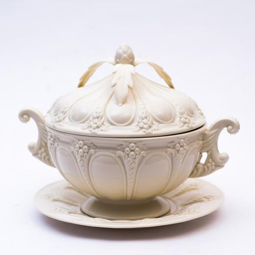 Супница с блюдом - фото