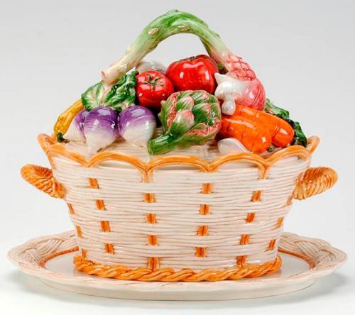 Супница на подносе с декором из овощей на крышке - фото