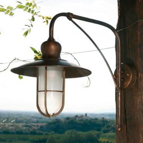 Уличный металлический фонарь в старинном стиле - фото