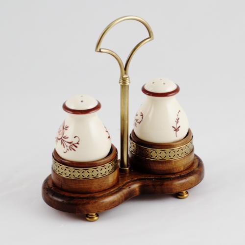 Набор емкостей для соли и перца на деревянной подставке - фото