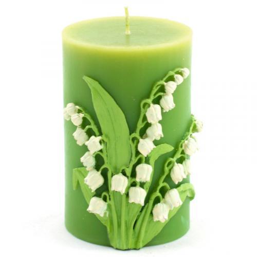 Небольшая свеча зеленого цвета с ландышами - фото