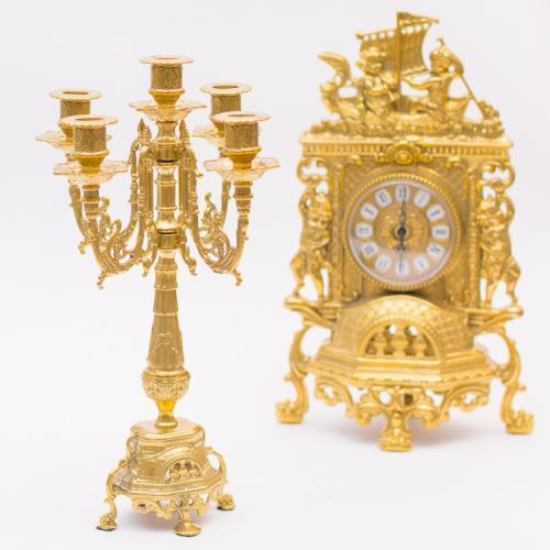 Набор из каминных часов и двух канделябров из латуни золотистого цвета - фото