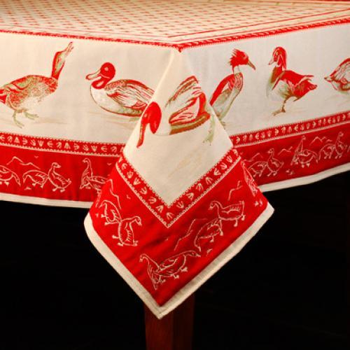 """Гобеленовая скатерть в красно-белых тонах с изображением птиц """"Уточки"""" - фото"""