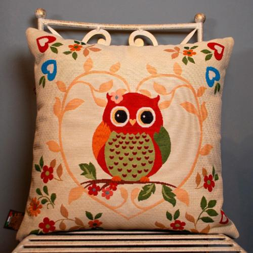 """Гобеленовая подушка бежевого цвета с центральным рисунком """"Мудрая сова"""" - фото"""