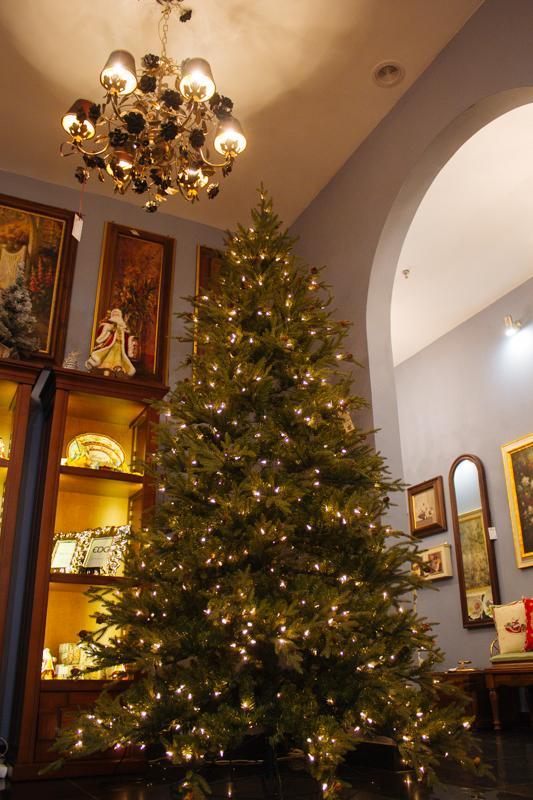 Большая елка с шишками и гирляндой - фото