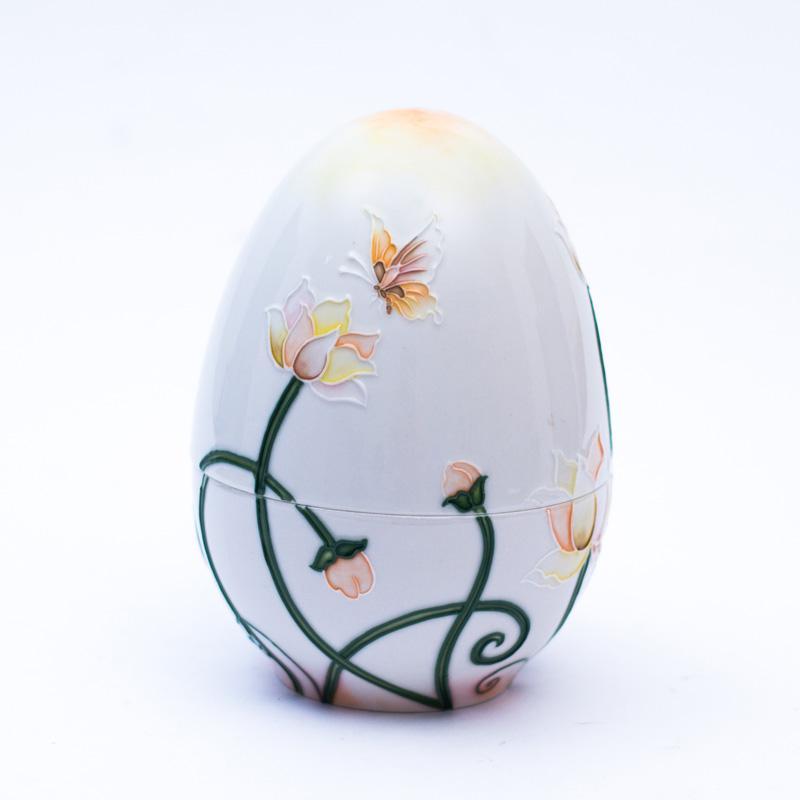 Шкатулка-яйцо с рисунком из цветов и бабочек - фото