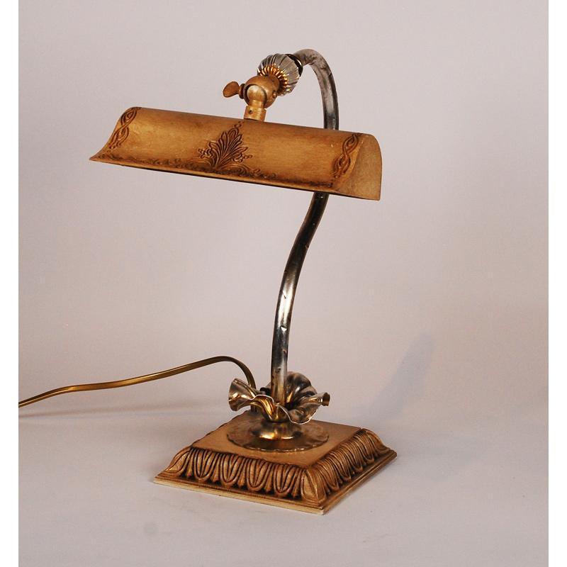 Маленькая настольная лампа - фото