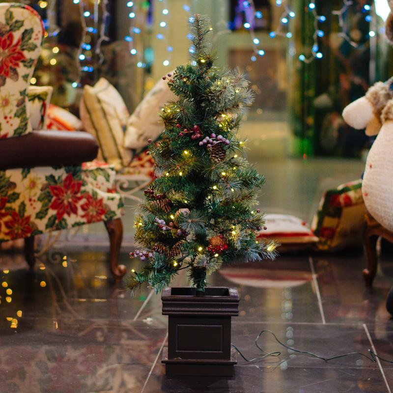 Небольшая елка в горшочке с декором и LED-подсветкой