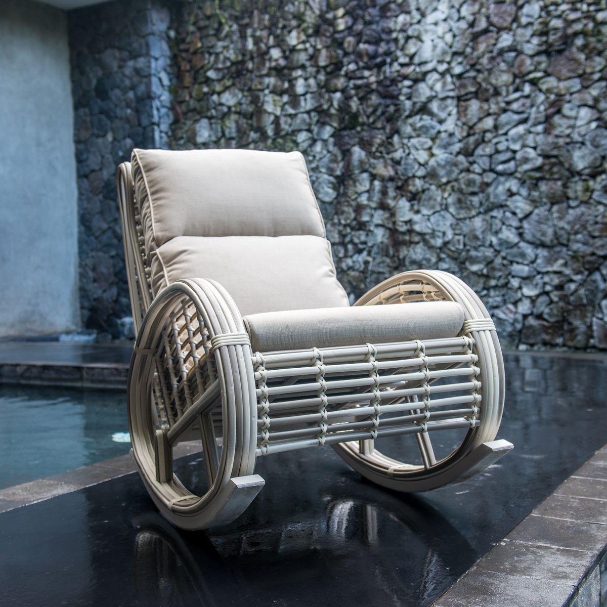 Плетеное кресло-качалка для отдыха в саду Taurus