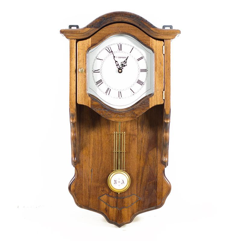Большие деревянные часы с маятником в старинном стиле