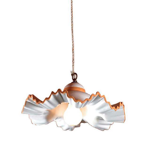 Подвесная люстра волнистой формы на одну лампочку