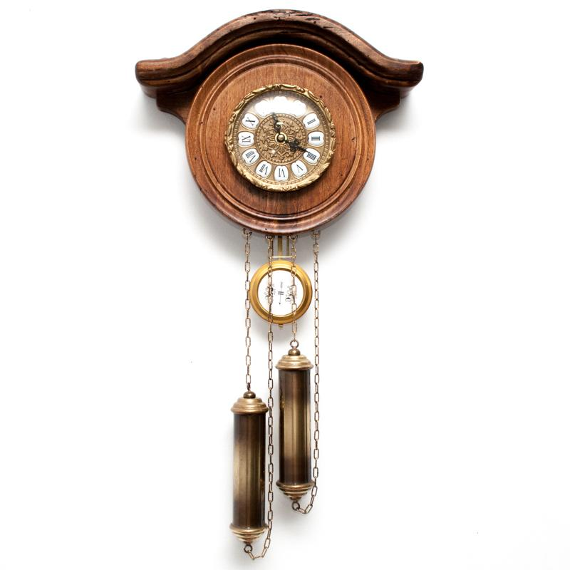 Старинные настенные часы с маятником