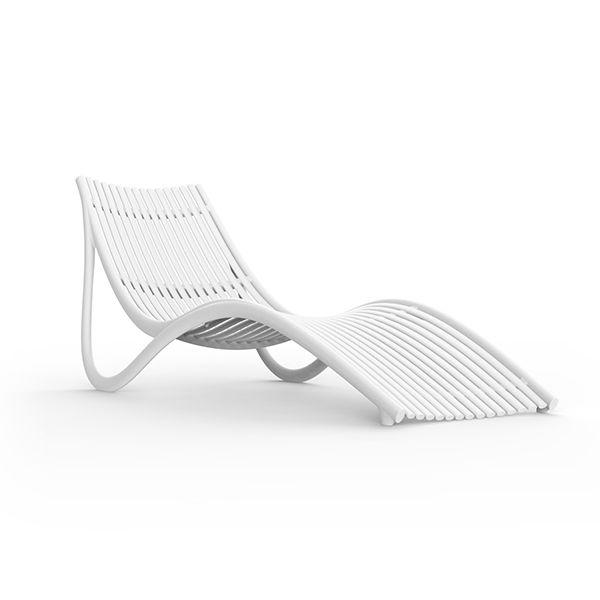Белый шезлонг в стиле модерн для отдыха на террасе Ibiza