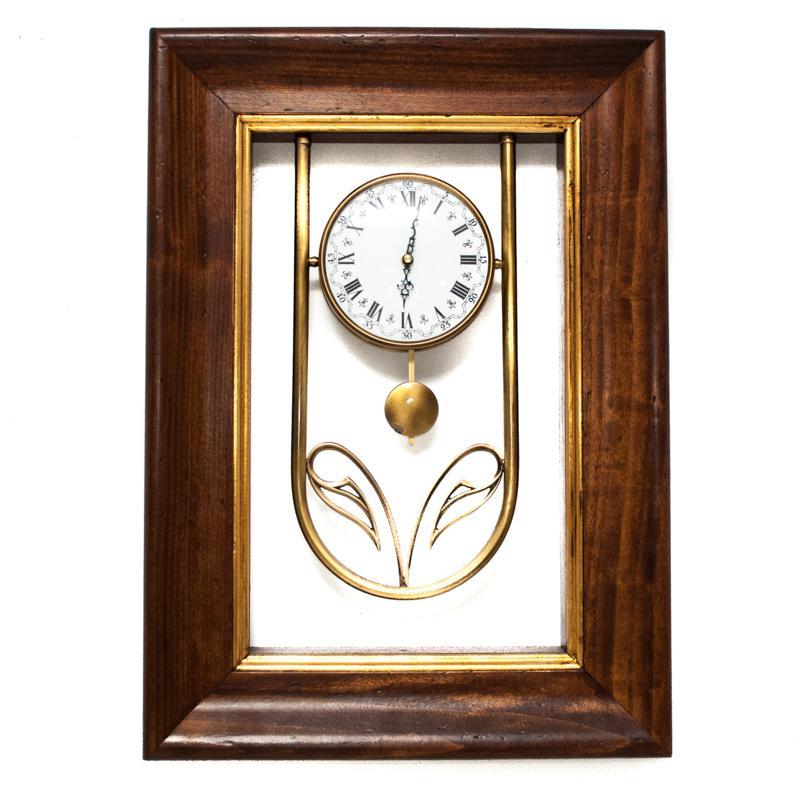 Часы настенные с маятником в деревянной рамке