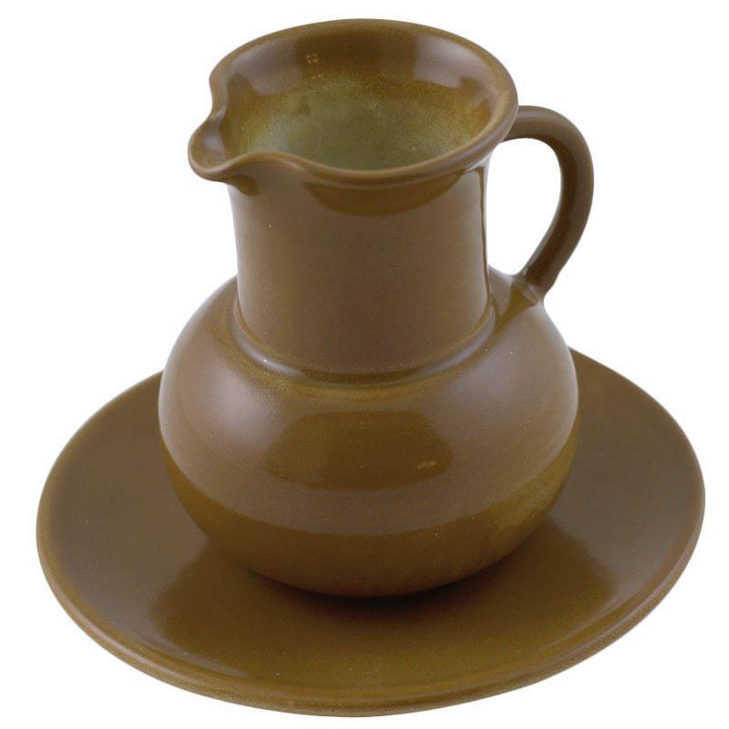 Молочник с блюдцем из керамики коричневого цвета
