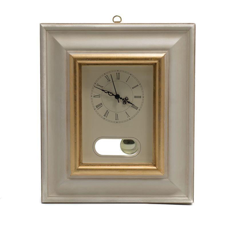 Настенные часы с маятником в деревянной раме