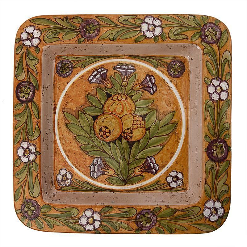 Декоративная тарелка с рисунком гранатов и цветочным узором