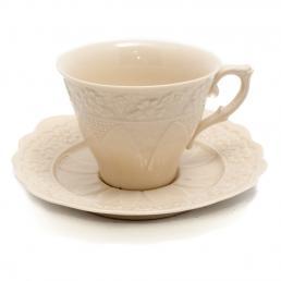 Белая чайная чашка с блюдцем