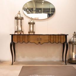 Столик-консоль из натурального дерева с распашными дверцами и гнутыми элементами Vitoria