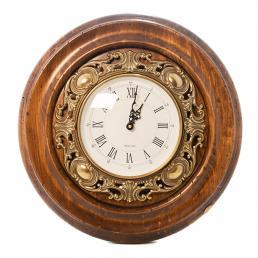 Часы настенные из антикварного дерева в старинном стиле