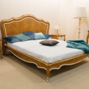 Двуспальная кровать ручной работы с основой из французской вишни Majestic
