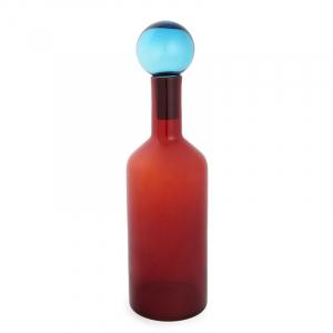 Высокая красная ваза в форме бутылки с пробкой-колбой