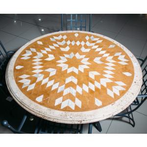 Каменный стол из травертина с инкрустированным декором Alfedena