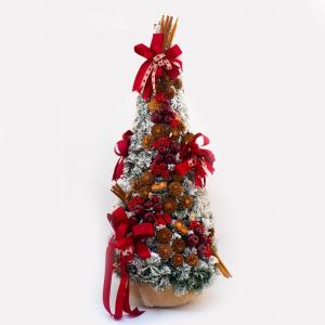 Большая заснеженная елка с красным декором