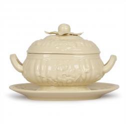 Супница на тарелке с изящным рельефным декором Crema