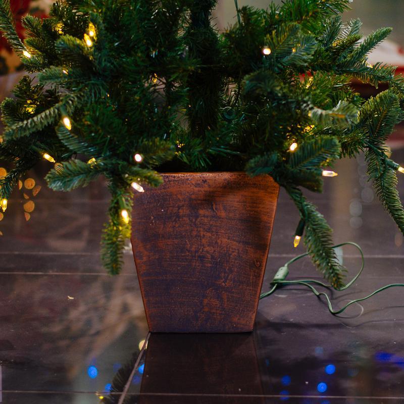 Искусственная ель в вазоне-подставке, украшенная LED-гирляндой  - фото