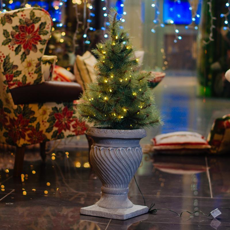 Искусственная новогодняя сосна LED-гирляндой, в фигурном вазоне  - фото