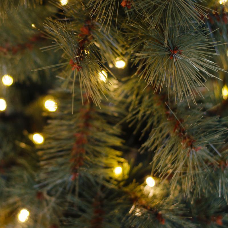 Большая новогодняя сосна LED-лампочками, в высоком вазоне  - фото