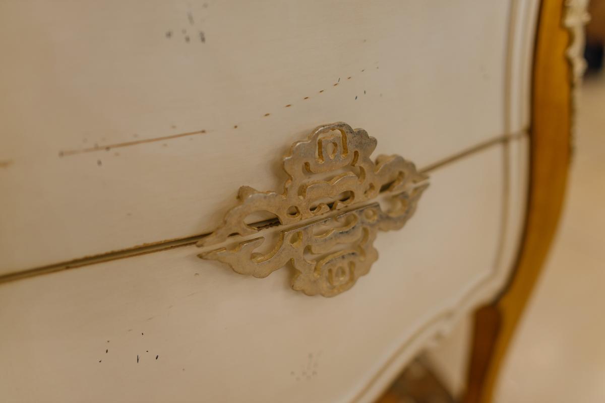 Прикроватная тумбочка из древесины французской вишни с художественной резьбой Majestic  - фото