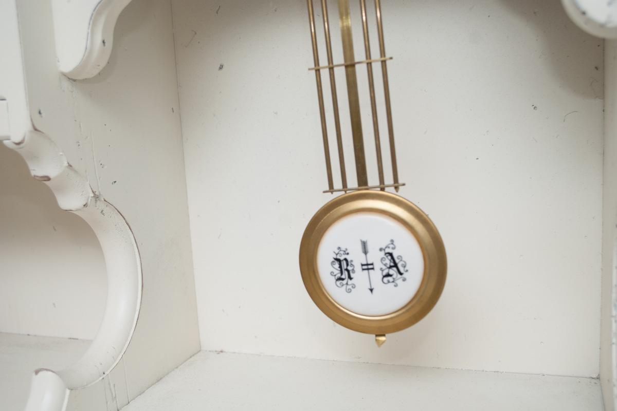 Часы с маятником белые  - фото