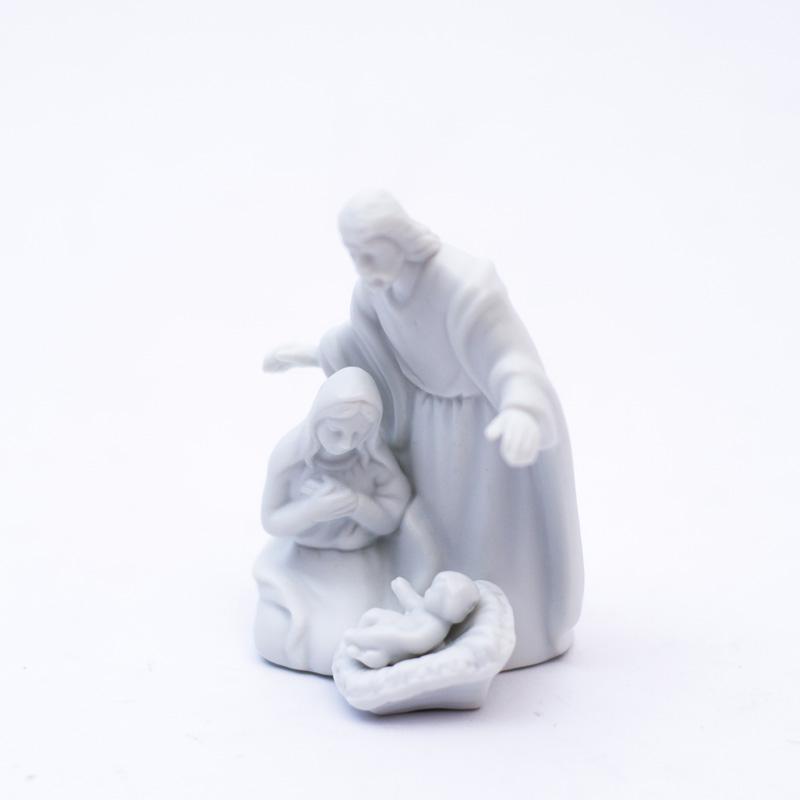 Статуетка белая с рождественским сюжетом  - фото