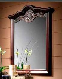 Настенное зеркало в деревянной раме старинного дизайна  - фото