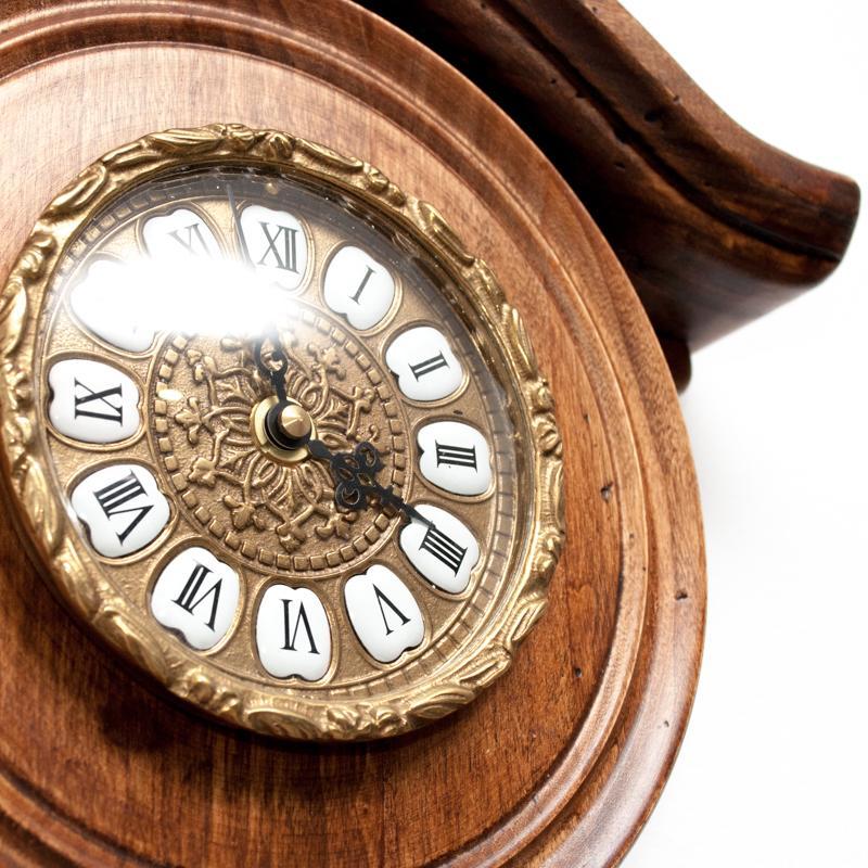 Старинные настенные часы с маятником  - фото