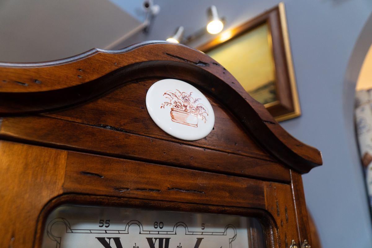 Винный бар с часами  - фото