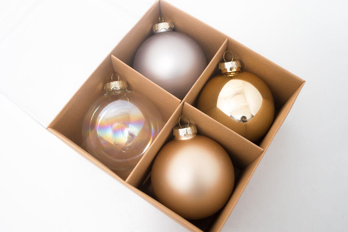 Набор золотистых и серебристых шаров для новогоднего дизайна  - фото