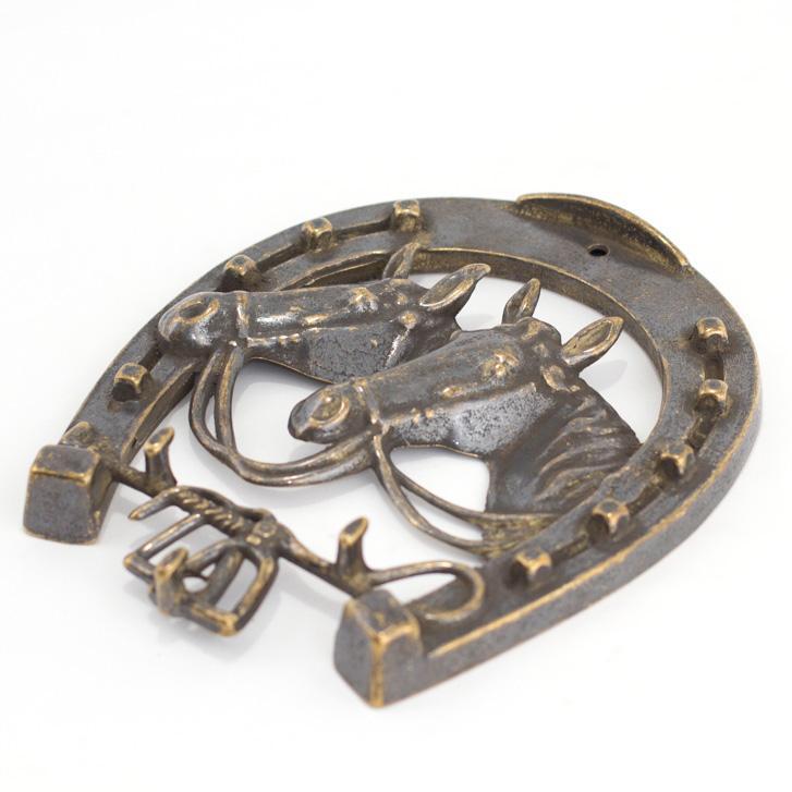 Ключница в виде подковы с объемным изображением лошадей  - фото
