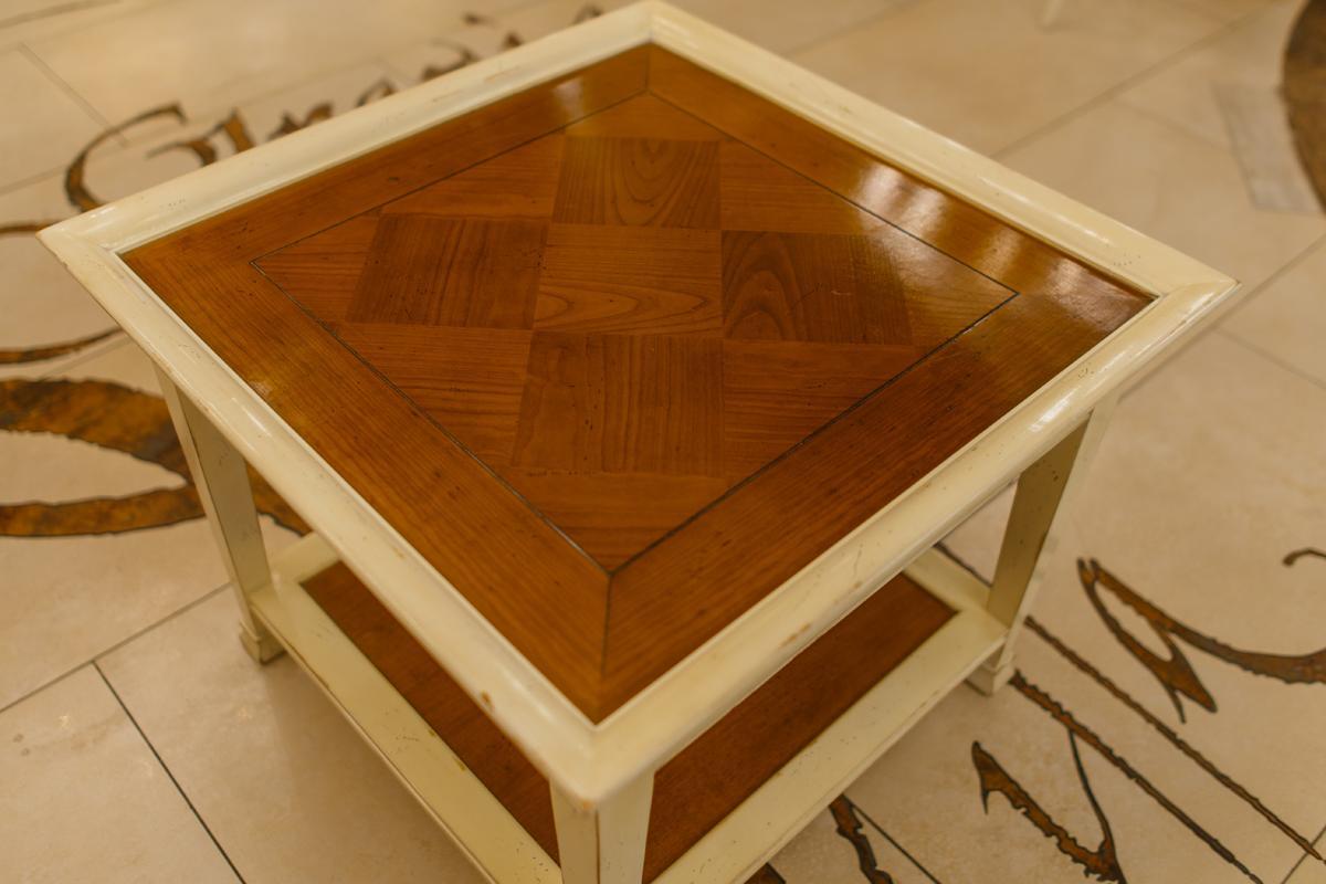 Оригинальный двухцветный столик ручной работы из натурального дерева  - фото