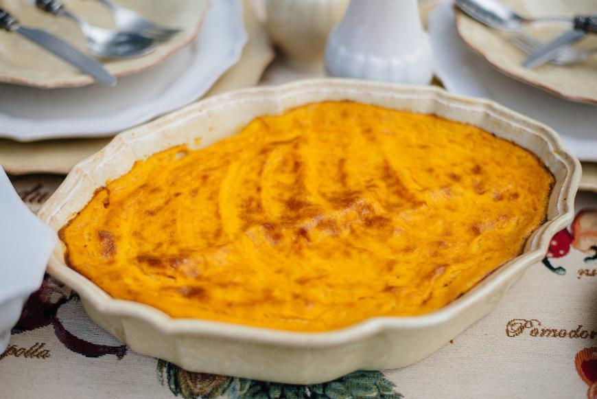 Тыквенно-картофельная запеканка в блюде для запекания  - фото