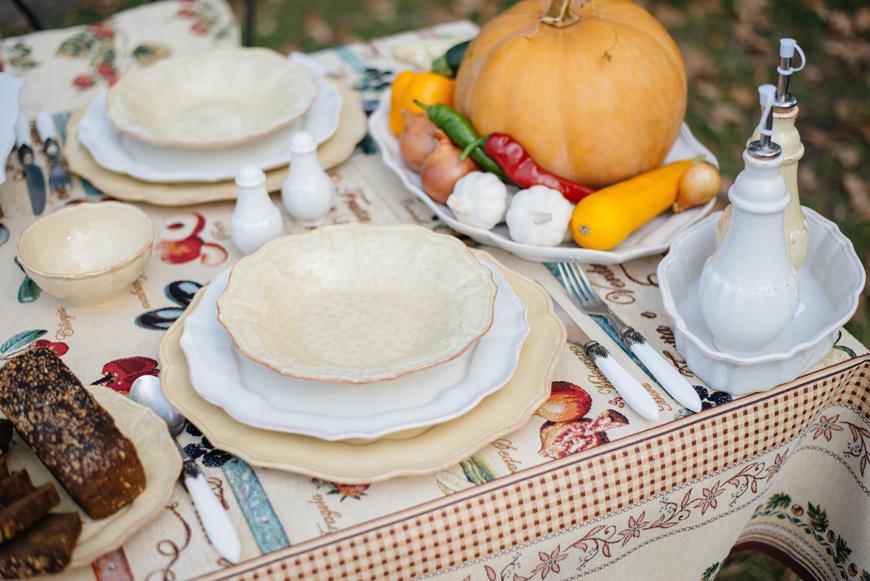 Белые тарелки под суповыми желтого цвета  - фото