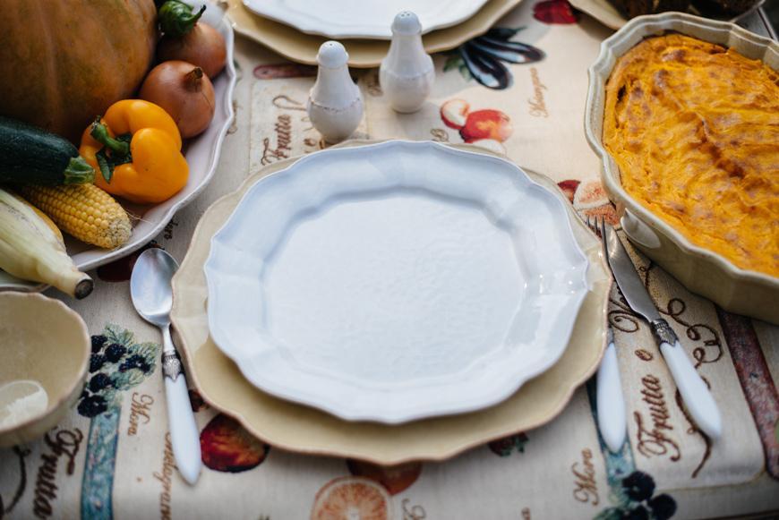 Белая тарелка  - фото