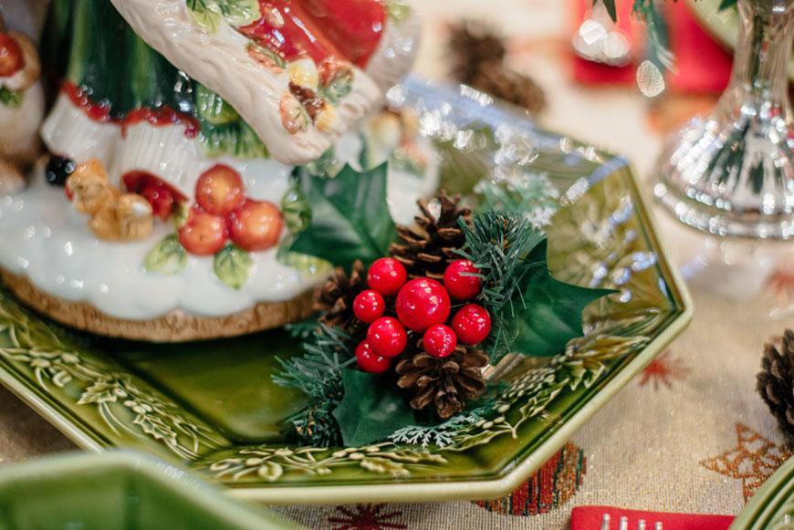 Декор ветка сосны с шишкой и калиной  - фото