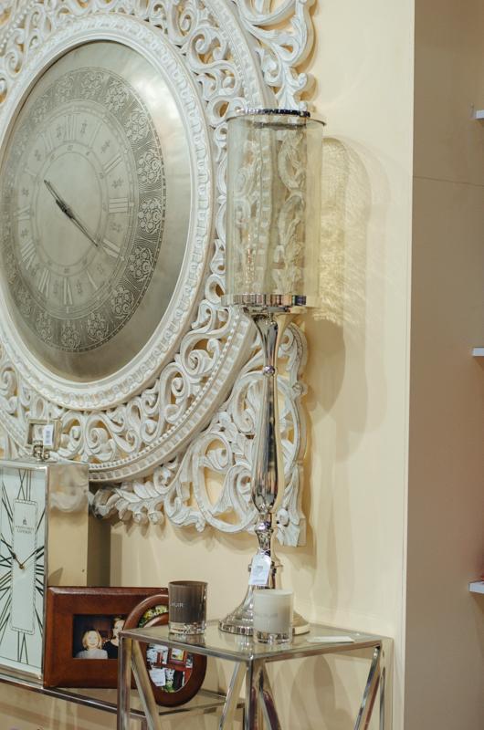 Большие часы с резьбой  - фото